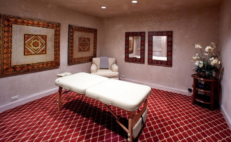 What are the different kinds of massage table available on the market?